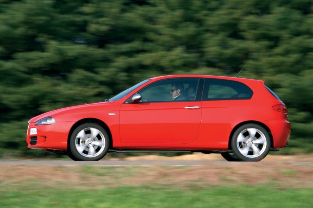 Auch beim Fahren unterstreicht er den optischen Anspruch mit direkter Lenkung und einem straffen bis harten Fahrwerk