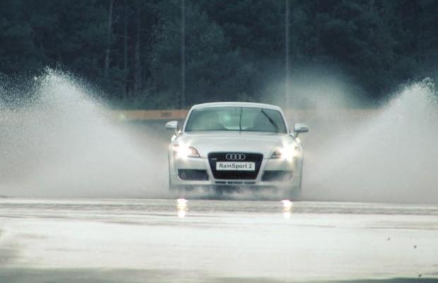 Autofahrer unterwegs bei Sturm und Wind
