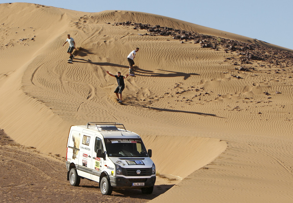Beim Sandsurfen in der Atacama-Wüste (von links): Klaas Voget, Björn Dunkerbeck und Robby Swift mit dem VW Crafter 4Motion.