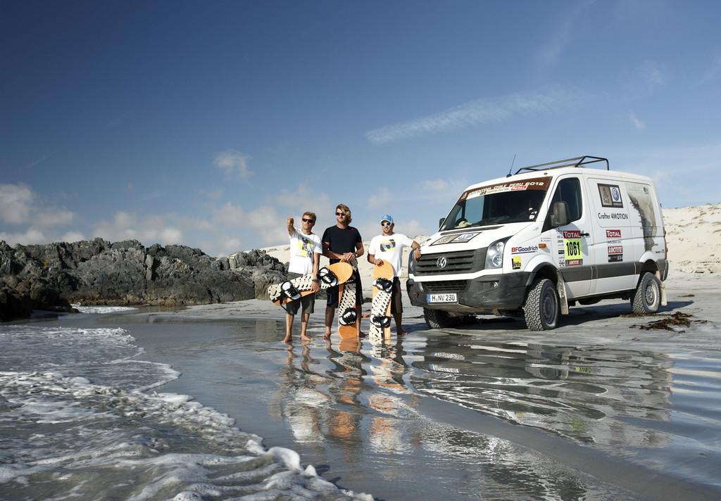 Besuchten auf Einladung von Volkswagen die Rallye Dakar (von links): Klaas Voget, Björn Dunkerbeck und Robby Swift mit dem Crafter 4Motion.