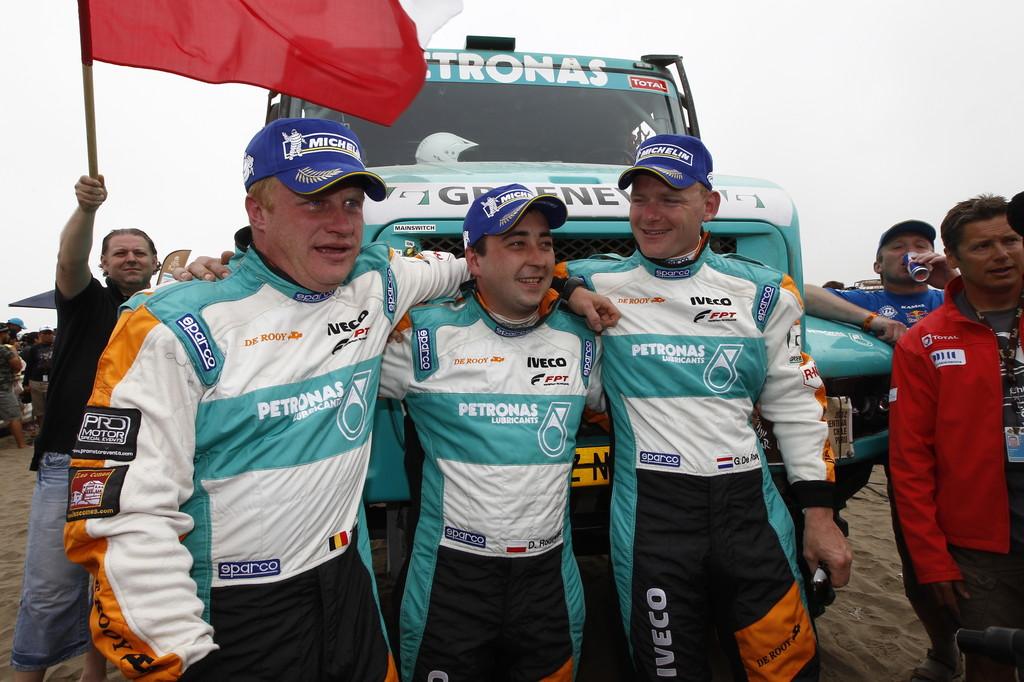 Dakar-Gewinner 2012: Gerard de Rooy mit seinen Co-Piloten Darek Rodewald und Tom Colsoul (von rechts).