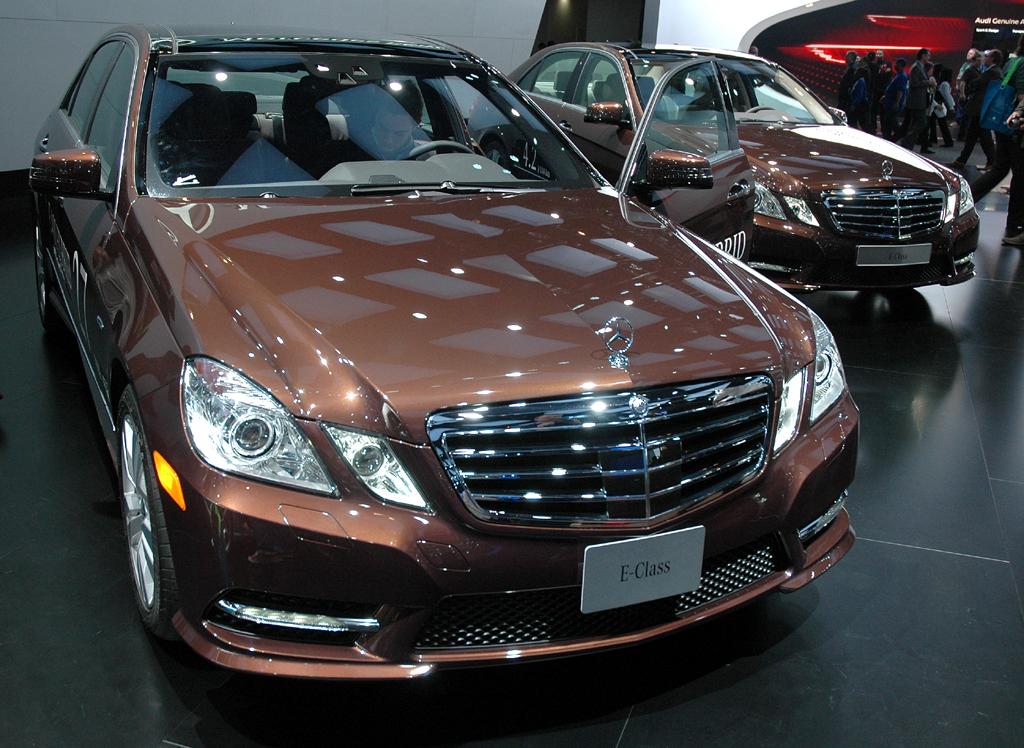Deutsche Autobauer in den USA, hier Mercedes mit zwei E-Klasse Hybriden gerade in Detroit.