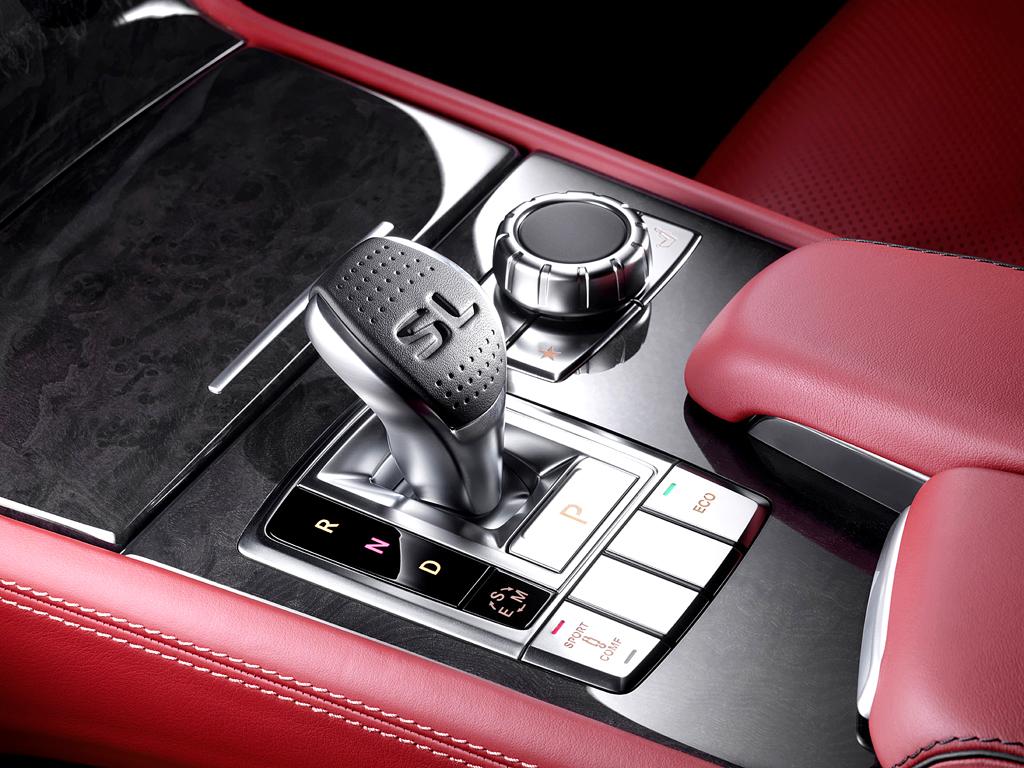 Mercedes SL: Blick auf die Bedieneinheit samt Getriebewählhebel auf dem Mitteltunnel.