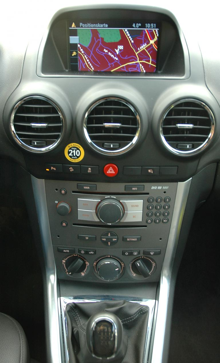 Opel Antara: Blick auf den mittleren Armaturenträger.