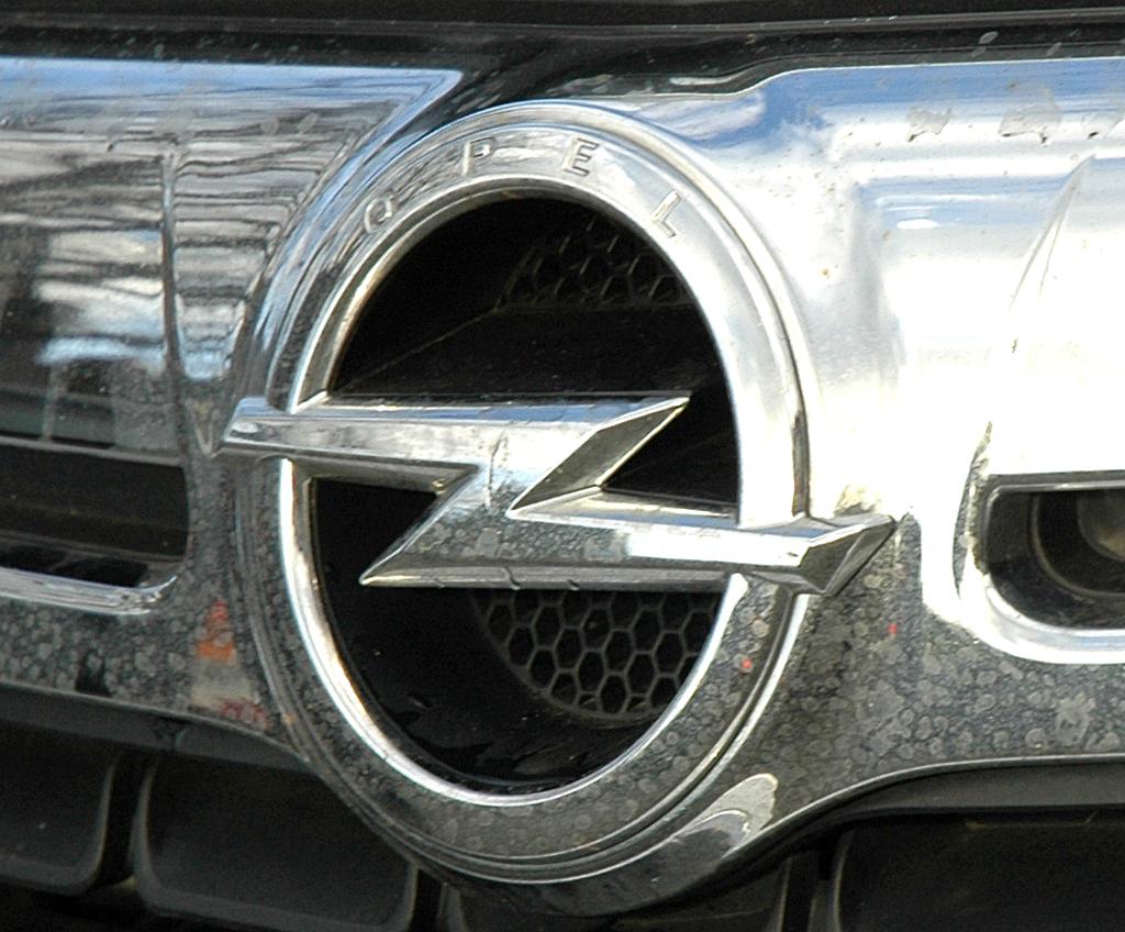 Opel Antara: Das Markenlogo sitzt vorn in einer Chromleiste über dem Kühlergrill.