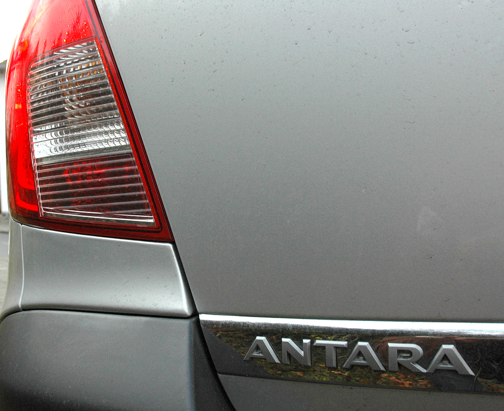 Opel Antara: Moderne Leuchteinheit hinten mit Modellschriftzug.