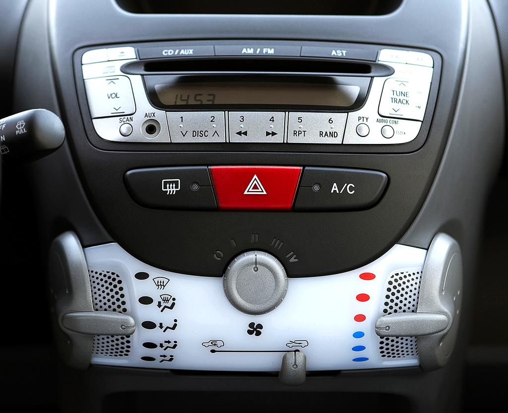 Peugeot 107: ... was auch für den mittleren Armaturenträger gilt.