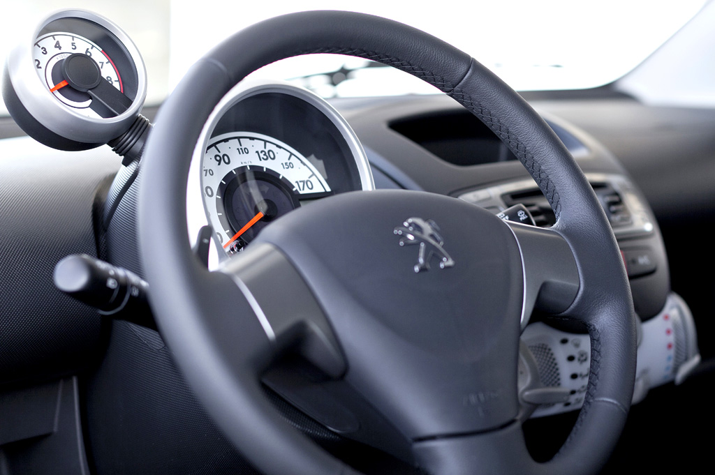 Peugeot 107: Blick ins Cockpit, hier mit separatem Drehzahlmesser.