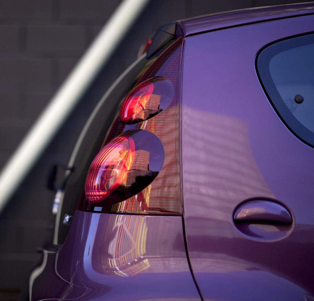 Peugeot 107: Blick von der Seite auf die Rundleuchten hinten.