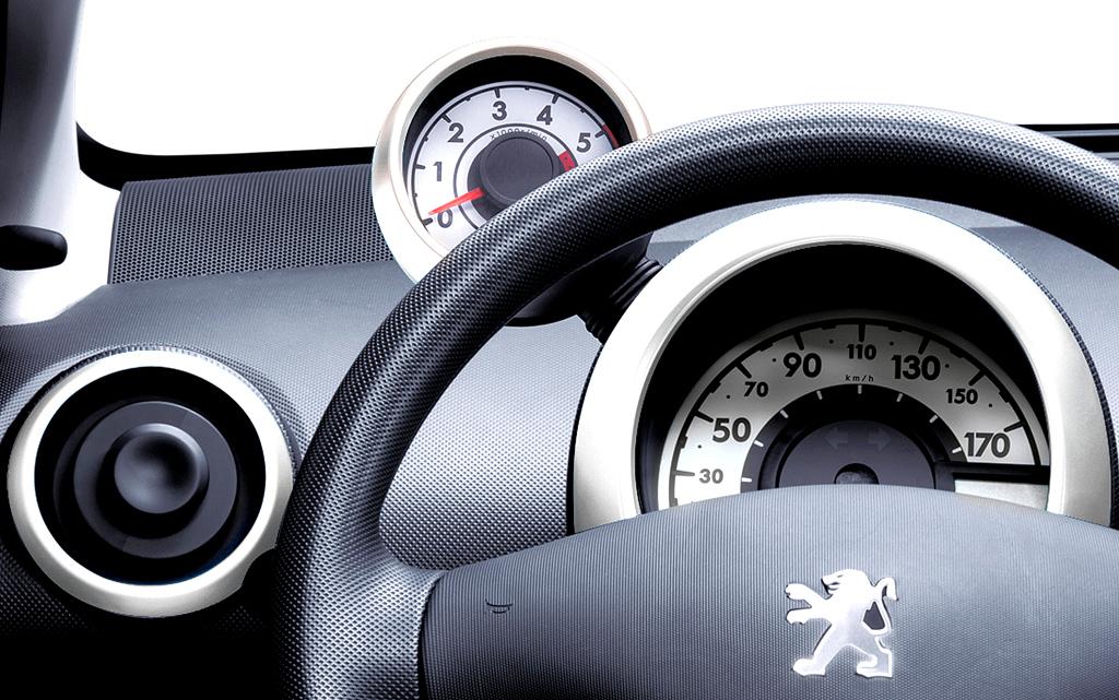Peugeot 107: Die Instrumentierung ist klar gegliedert, ...