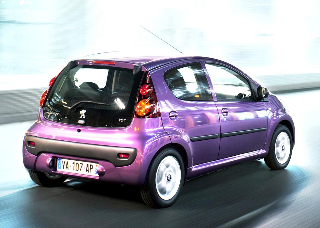 Peugeot 107: Heck-/Seitenansicht des kleinen Franzosen-Minis.