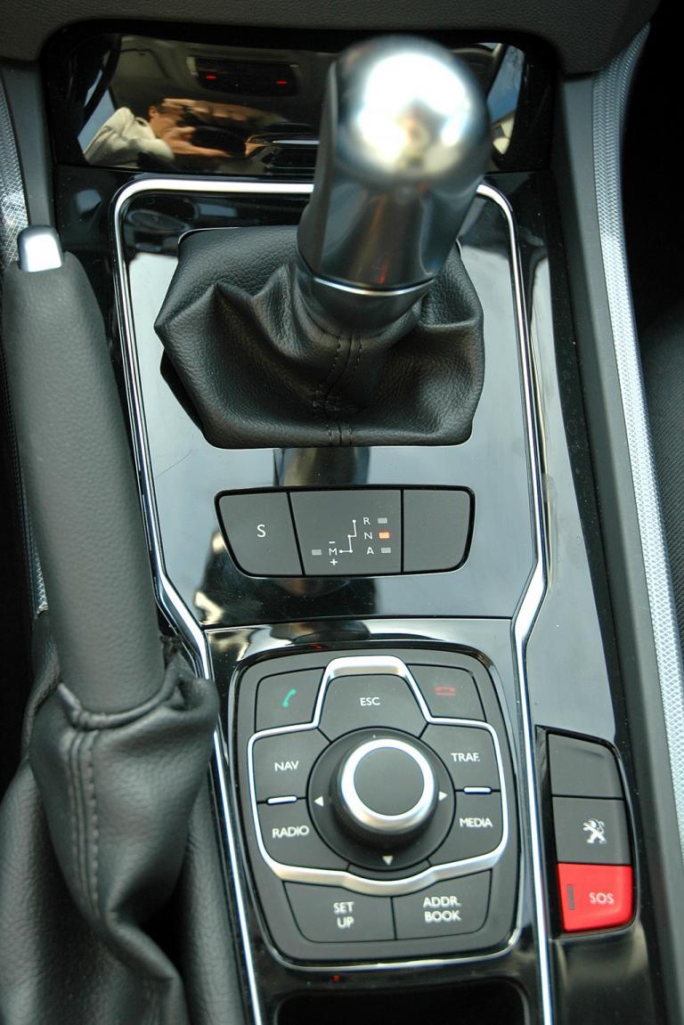 Peugeot 508: Blick auf die Bedieneinheit samt Getriebewählhebel auf dem Mitteltunnel.