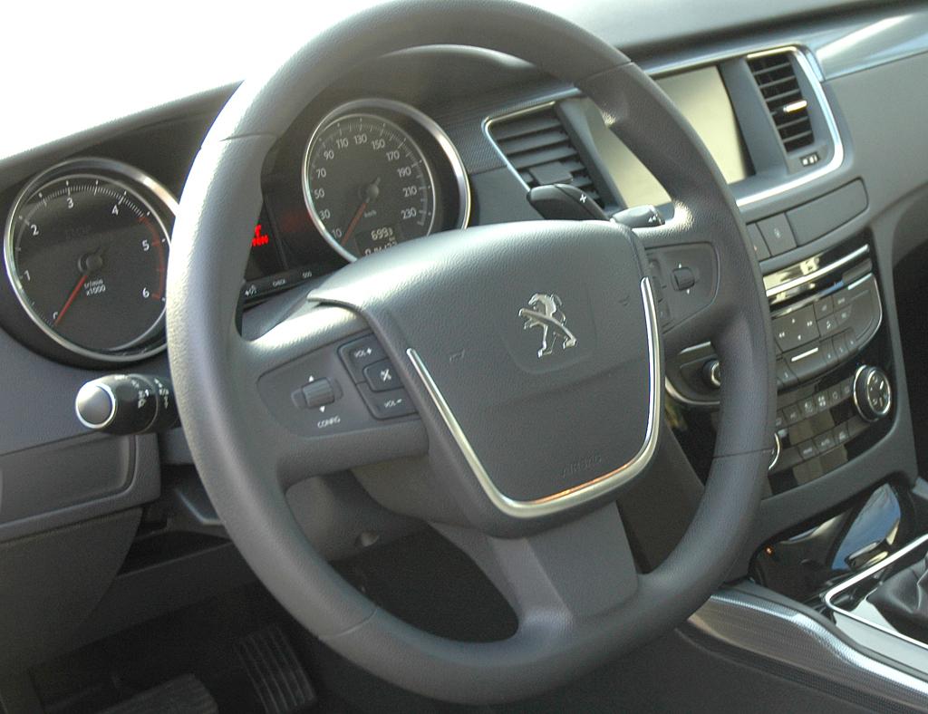 Peugeot 508: Blick ins alles in allem noch recht übersichtlich Cockpit.