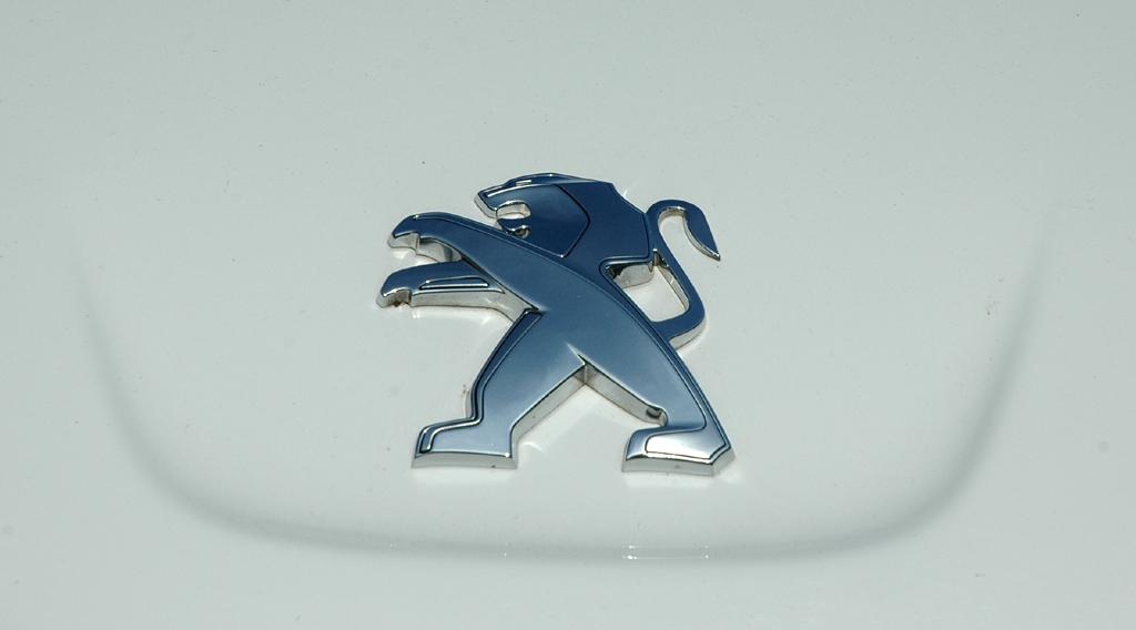 Peugeot 508: Das Löwen-Markenemblem sitzt vorn auf der Motorhaube.