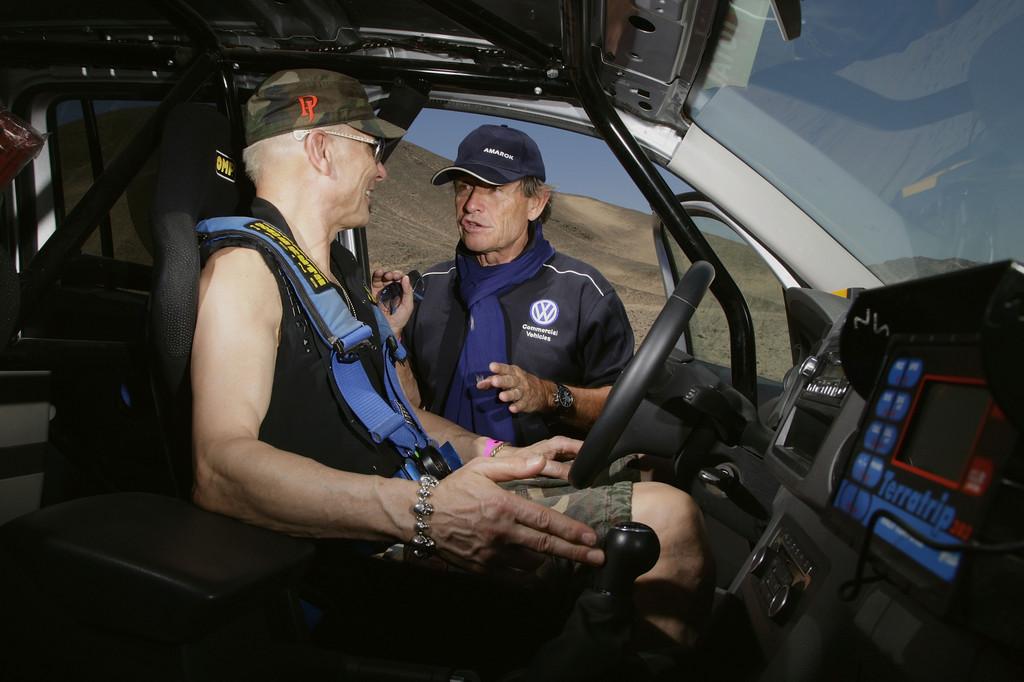 Prominente Gäste bei Volkswagen während der Rallye Dakar 2012: Jacky Ickx gibt Rudolf Schenker Instruktionen.