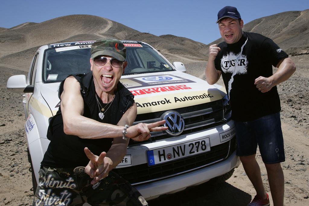 Prominente Gäste bei Volkswagen während der Rallye Dakar 2012): Rudolf Schenker (links) und Dariusz Michalczwesk.