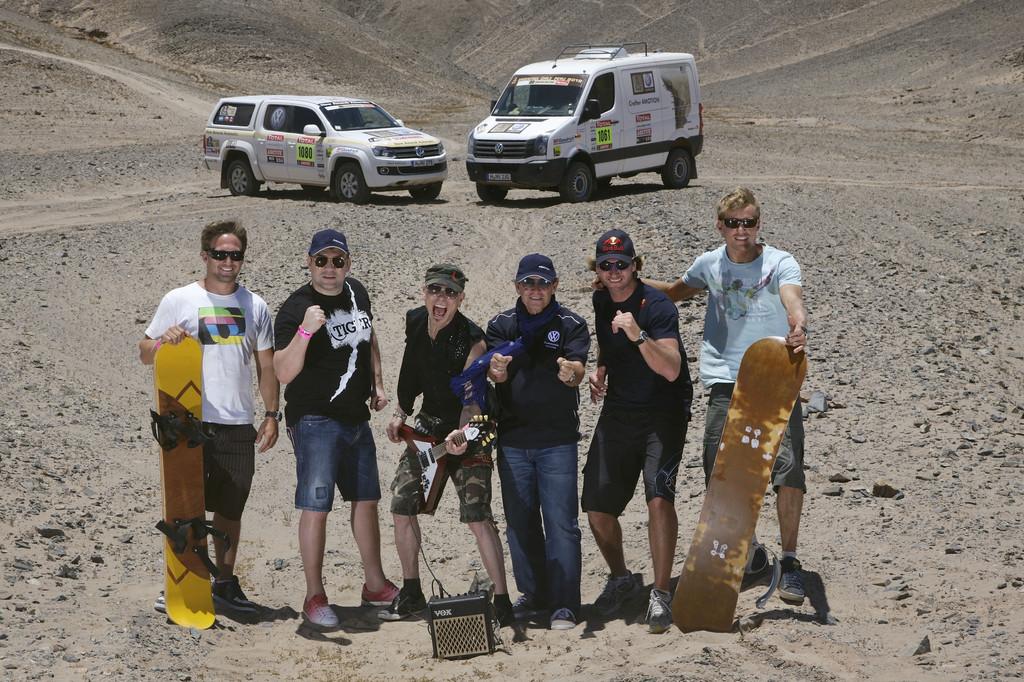 Prominente Gäste bei Volkswagen während der Rallye Dakar 2012 (von links): Robby Swift, Dariusz Michalczweski, Rudolf Schenker, Jacky Ickx, Björn Dunkerbeck und Klaas Voget.