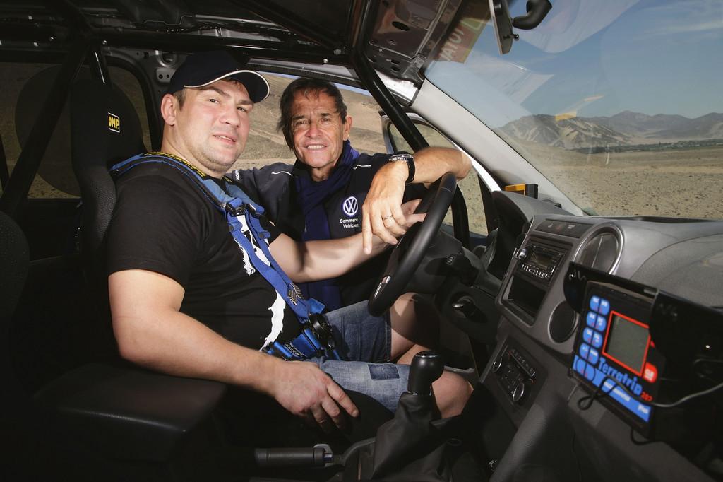 Prominente Gäste von Volkswagen bei der Rallye Dakar: Jacky Ickx gibt Dariusz Michalczweski Instruktionen.