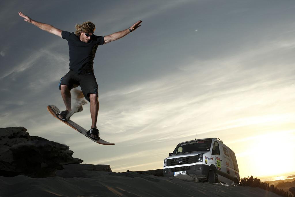 Sandsurfing in Chile: Björn Dunkerbeck mit dem VW Crafter 4Motion.