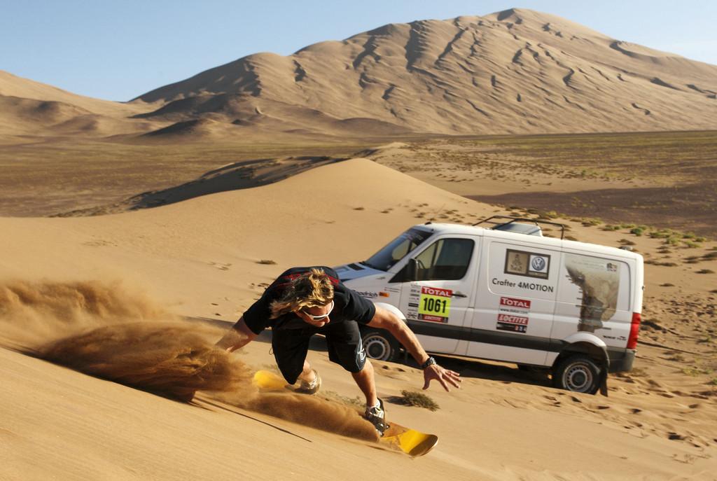 Sandsurfing in Chile: Björn Dunkerbeck und der VW Crafter 4Motion.