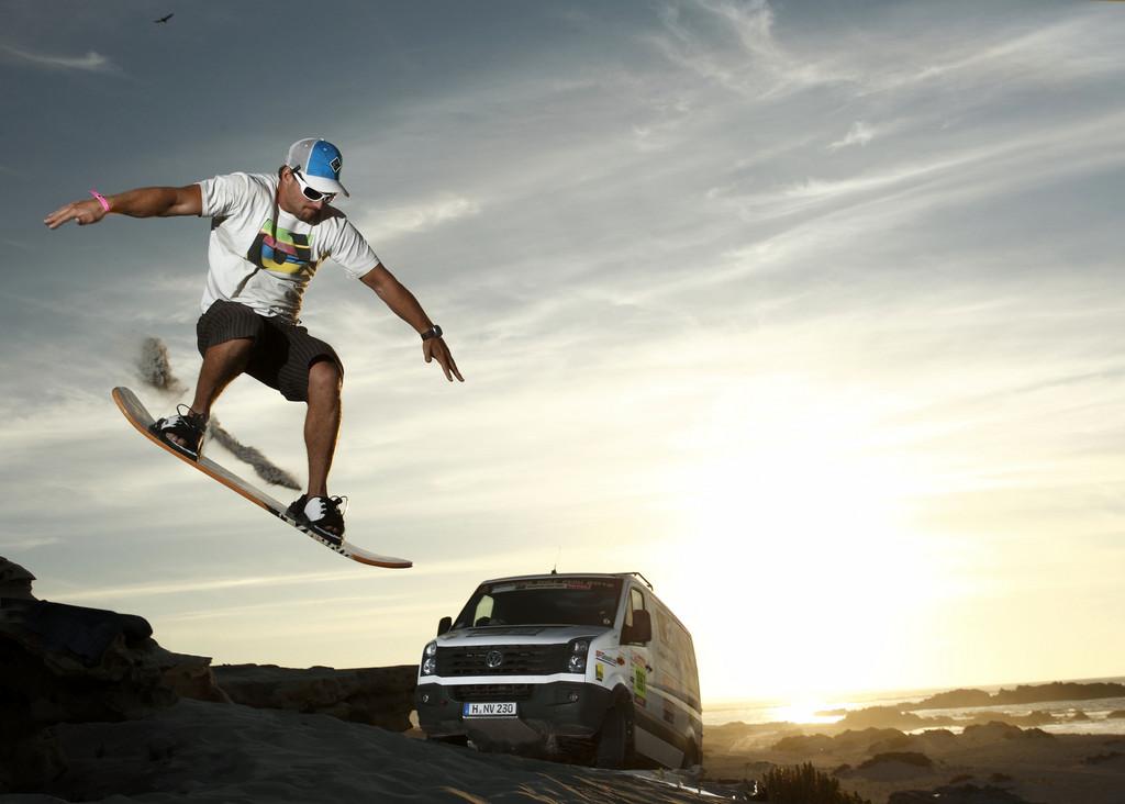 Sandsurfing in Chile: Der britische Surfer Robby Swift mit dem VW Crafter 4Motion.