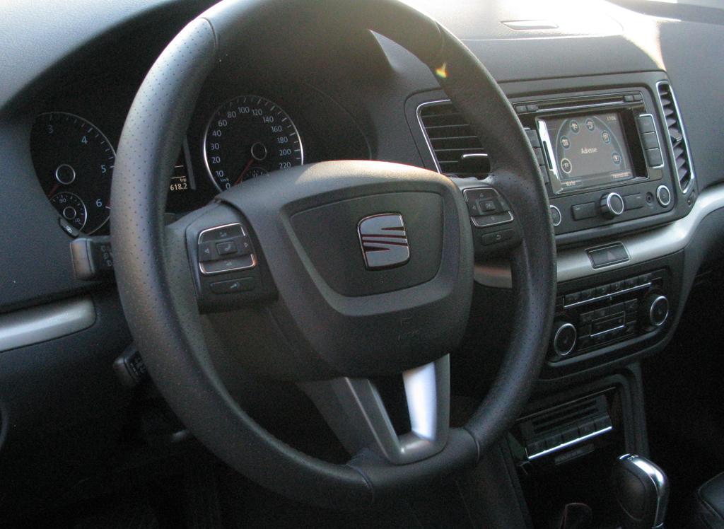 Seat Alhambra: Blick ins übersichtlich gestaltete Cockpit.