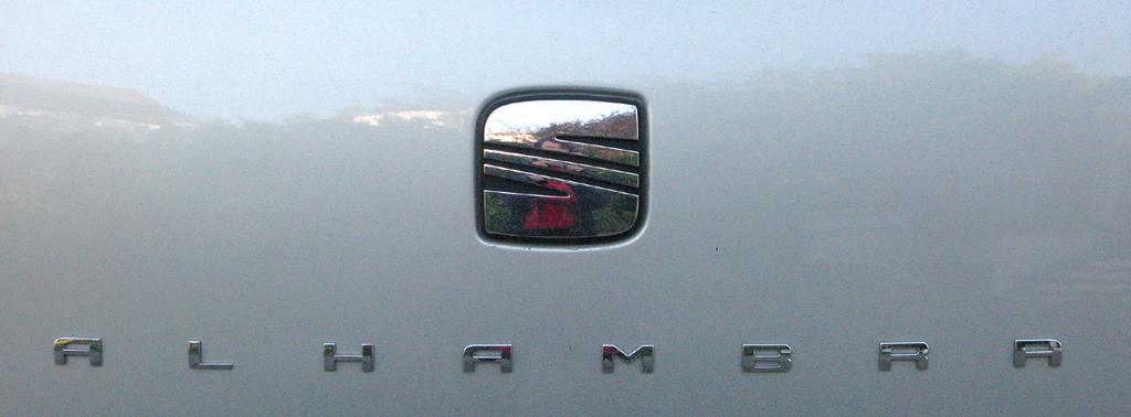 Seat Alhambra: Markenlogo und Modellschriftzug auf der Heckklappe.