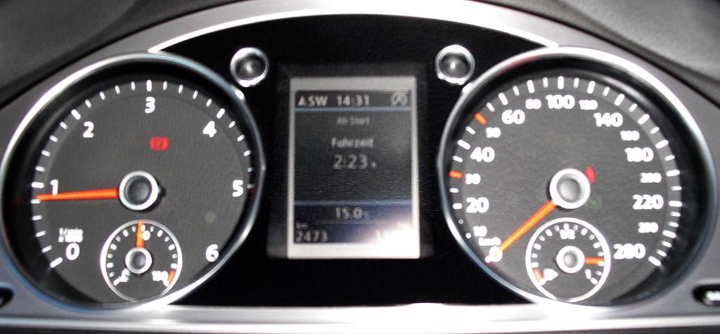 VW CC: Blick durch den Lenkradkranz auf die Rundinstrumentierung.