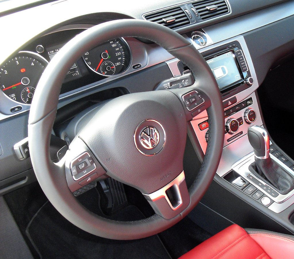 VW CC: Blick ins übersichtlich gestaltete Cockpit.