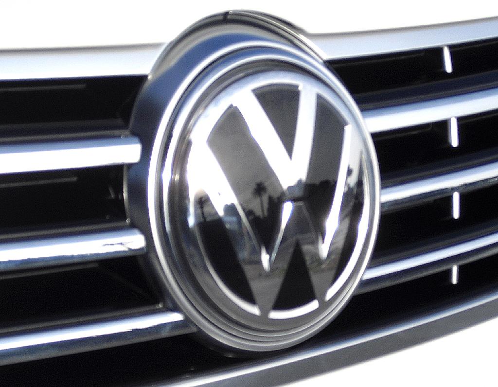 VW CC: Das Markenlogo prangt vorn großformatig im Kühlergrill.