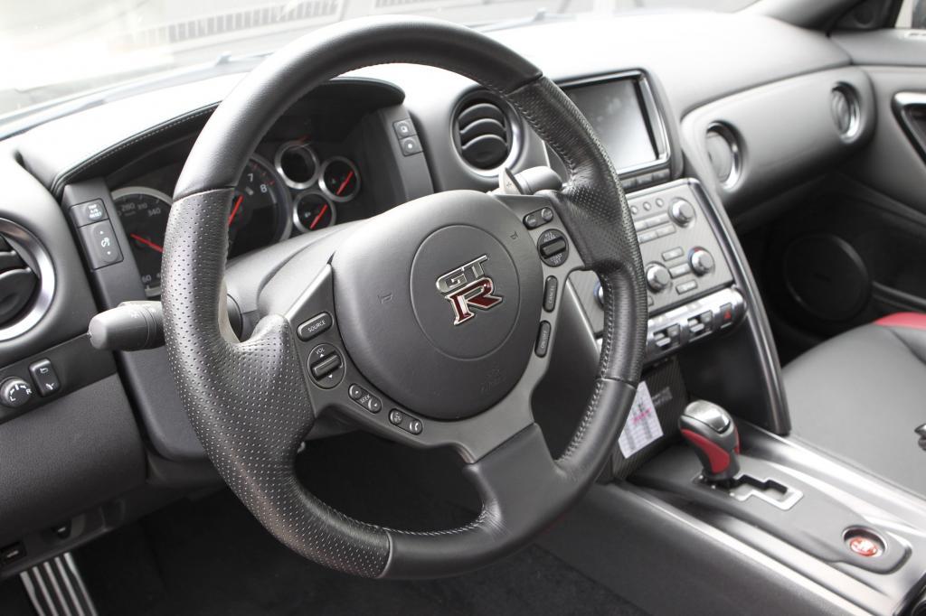 Beim Preis unterbietet der GT-R den Porsche um Längen