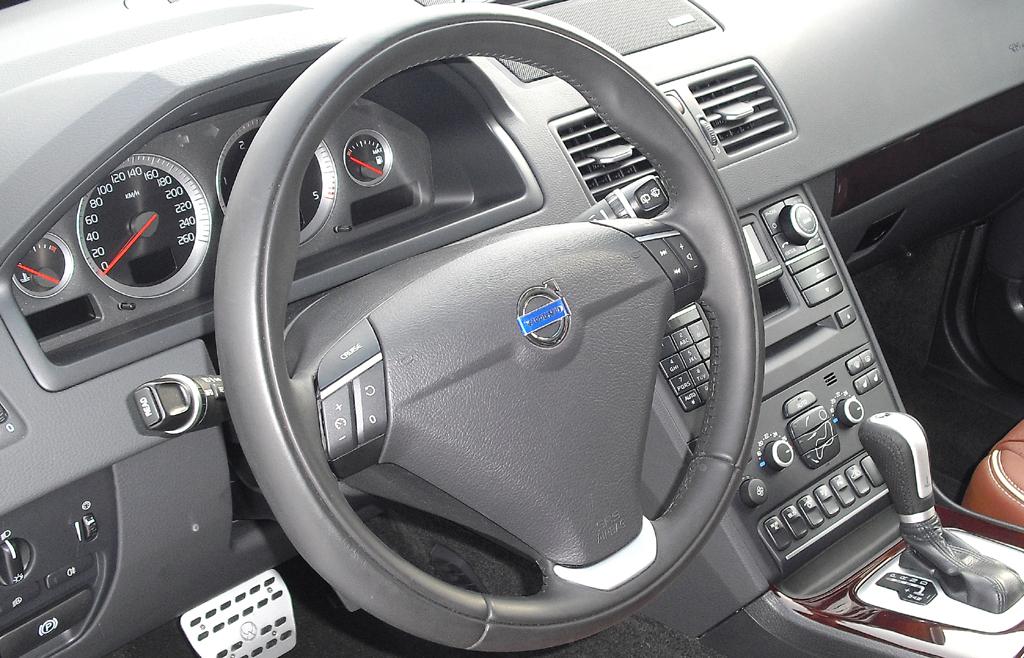 Blick ins Cockpit des großen Premium-SUV der Schweden.