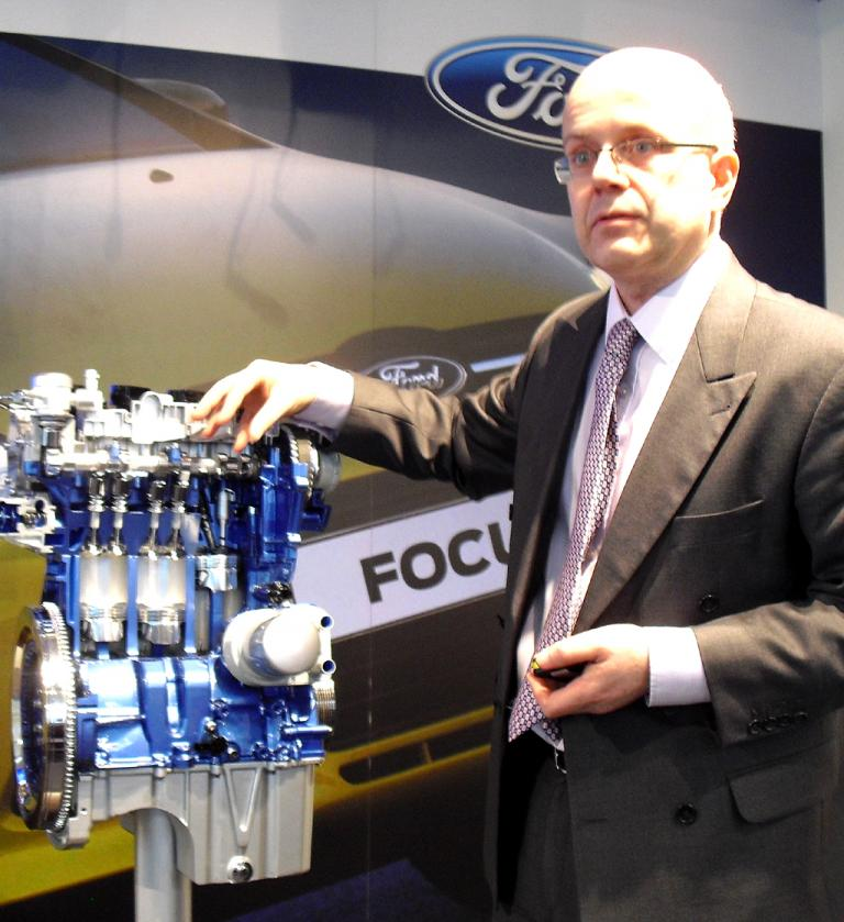 Chefentwickler Dr. Thomas Zenner an dem kompakten 1,0-Liter-Aggregat.