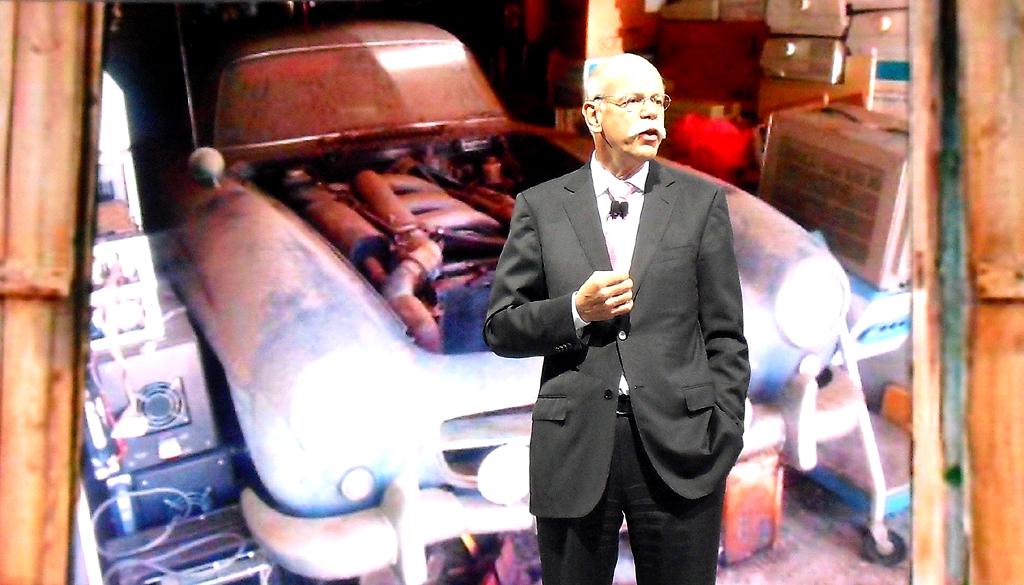Daimler-/Mercedes-Chef Zetsche in Detroit vor dem Bild eines aufgebockten SL in einer Holzgarage.