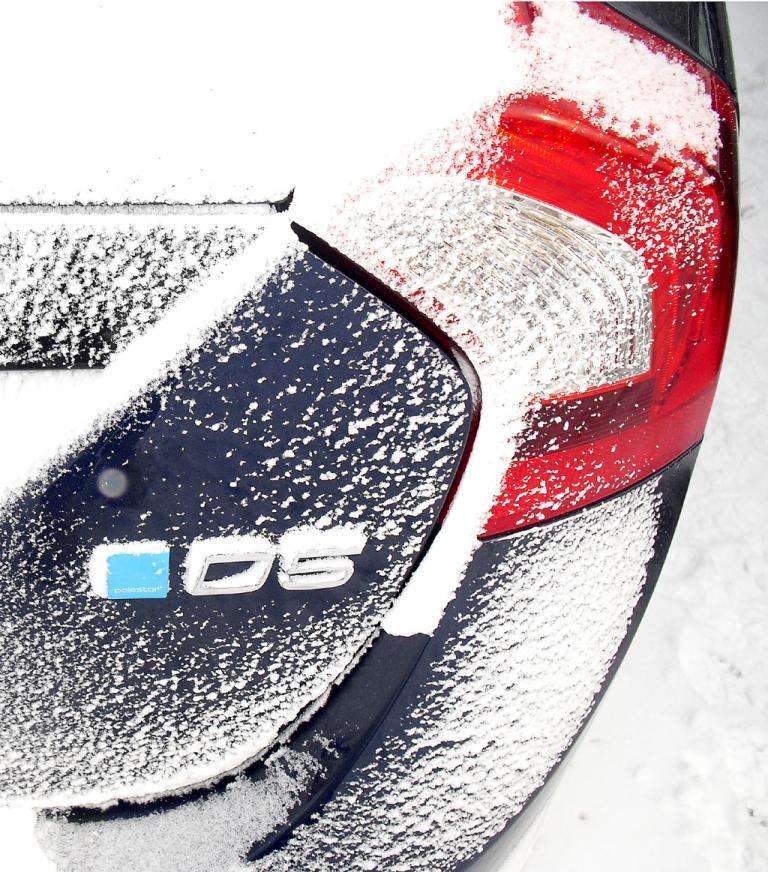Das blaue Logo links steht für Volvos Performance-Partner Polestar.