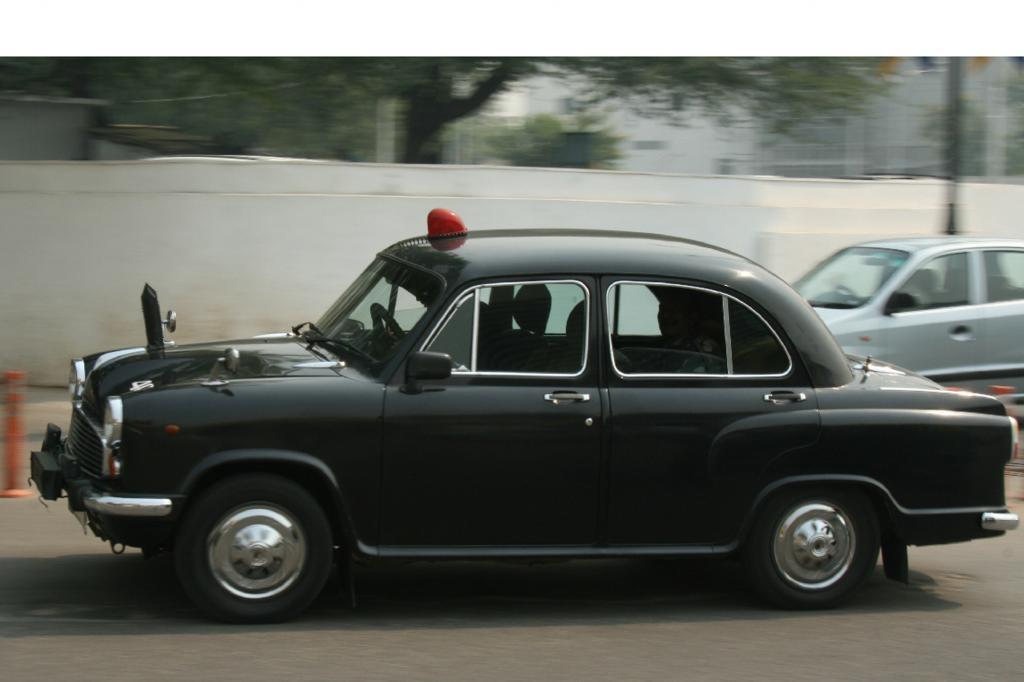Der Hindustan Ambassador wirkt wie ein Oldtimer aus den Fünfzigern