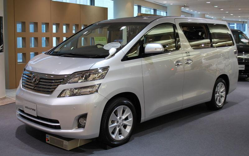 Der Multivan Toyota Vellfire wurde von Schmitz mit dem Kennzeichen