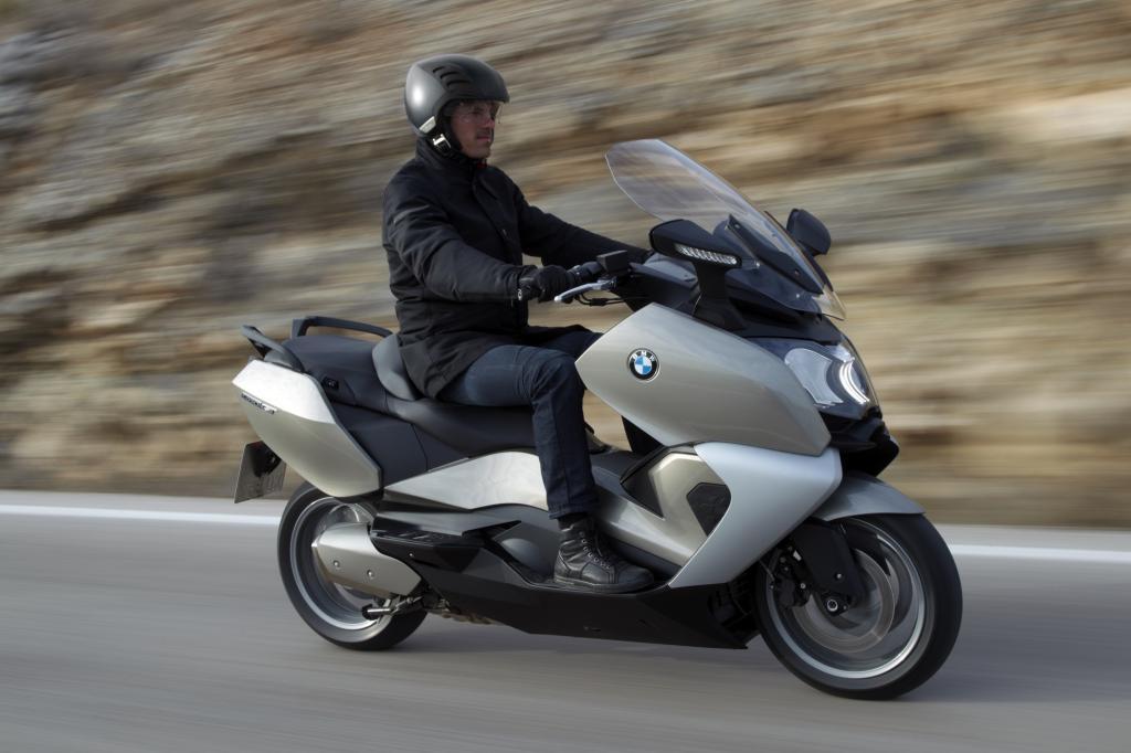 Die GT-Variante bietet unter anderem eine weichere Fahrwerksabstimmung, ein größeres Windschild und einen 60 Liter fassenden Sta