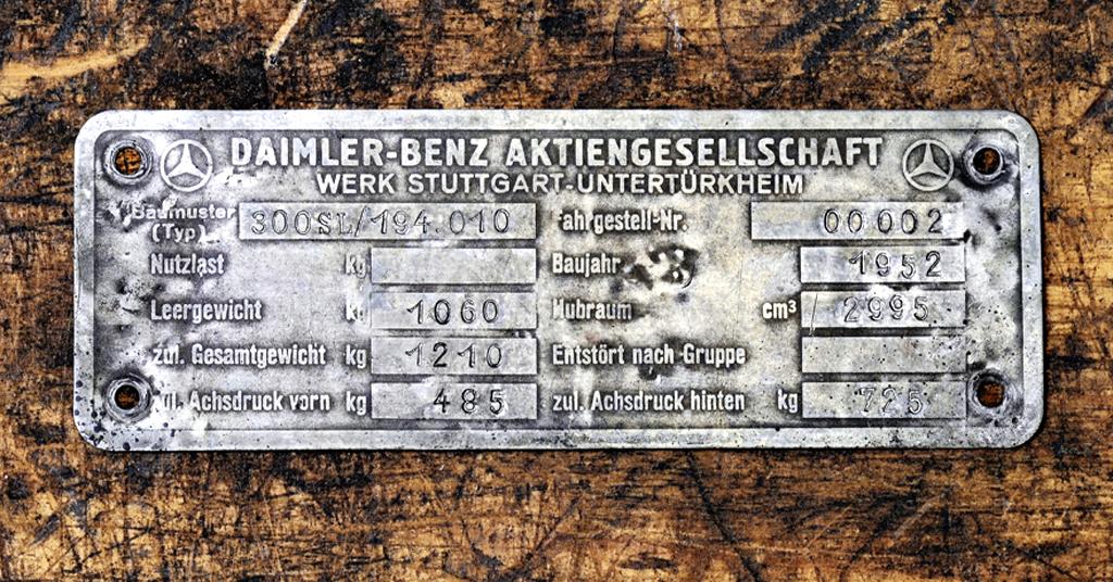 Die Originalplakette mit der Fahrgestellnummer 00002 oben rechts.