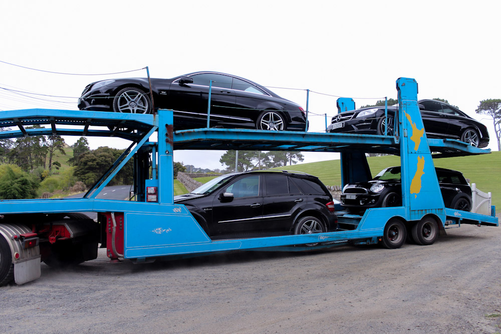 Die zwei AMG CL, ein AMG ML 63 sowie ein Mini Cooper S beim Abtransport.