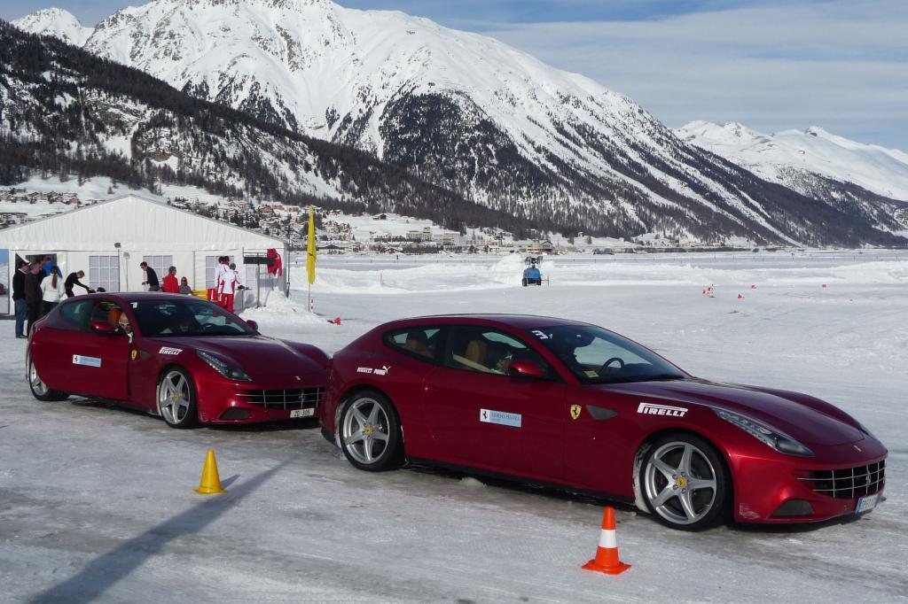 Eine Ferrari-Flotte auf dem Weg zum Fahrertraining