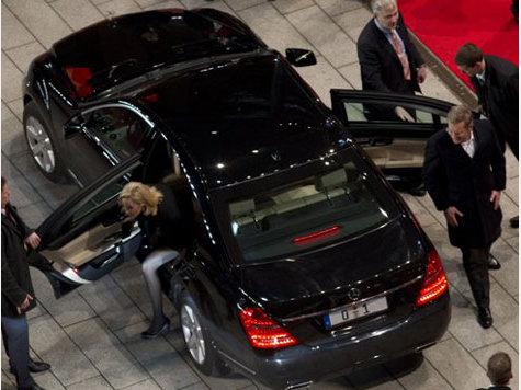 Ex-Präsident Wulff mit Frau Bettina und seiner Dienstwagen-S-Klasse Quelle: dpa