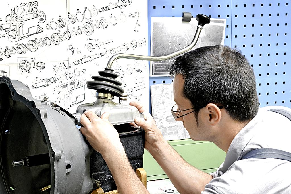 Feinarbeit auch bei der Verbindung des Schalthebels mit dem Getriebe.