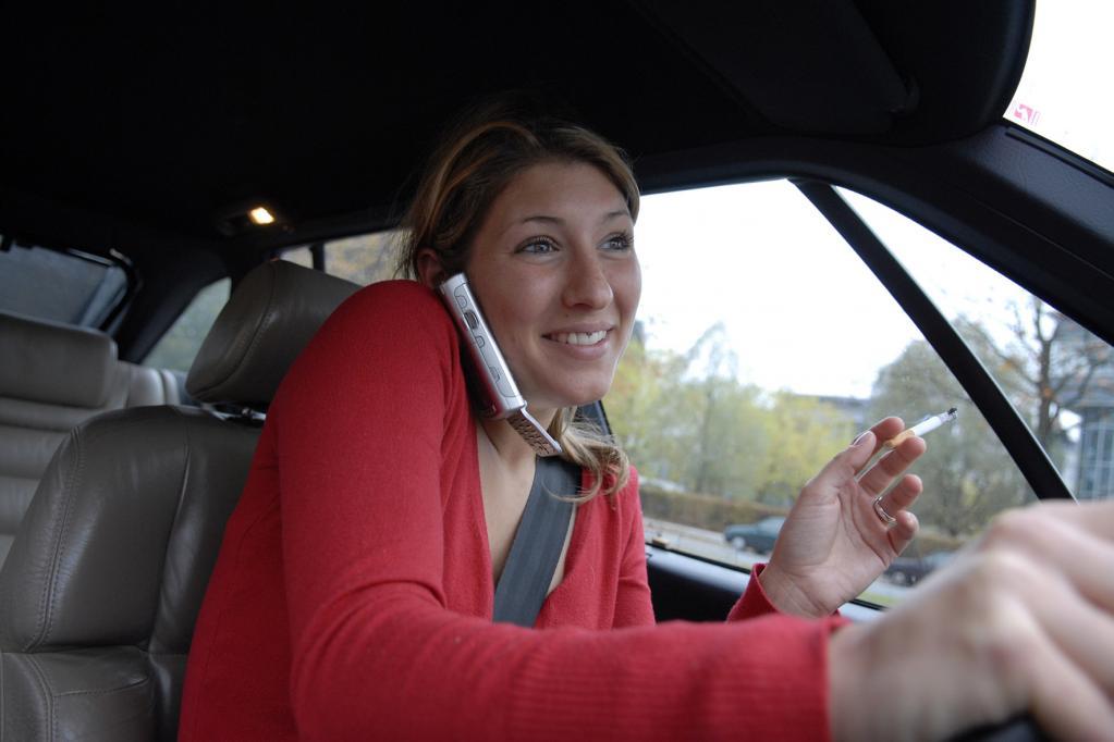 Gefährliches Multitasking beim Autofahren