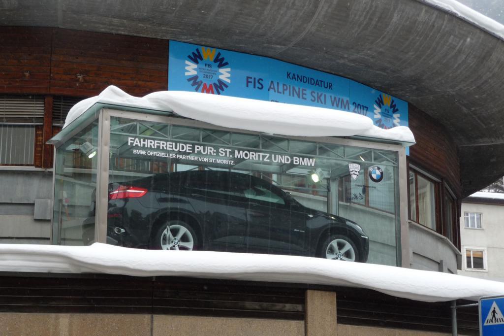 Im Zentrum von St. Moritz parkt ein X6 auf dem Parkhaus-Vordach