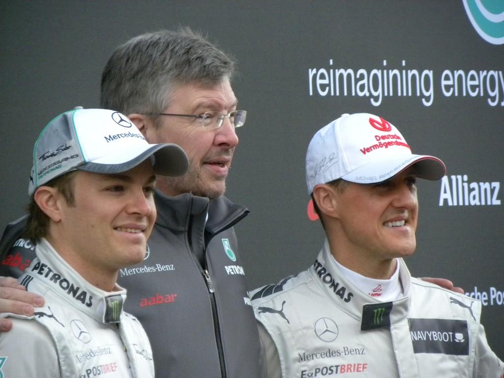 Mercedes AMG Petronas: Der neue Dienstwagen für Michael Schumacher und Keke Rossberg. In der Mitte steht Ross Brawn.