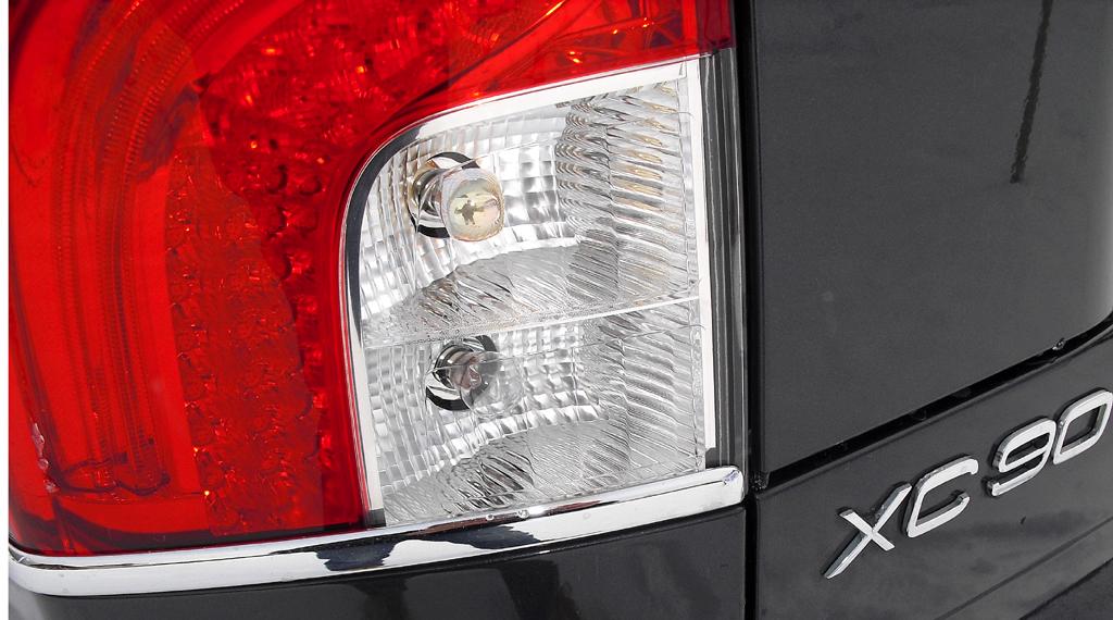 Moderne Leuchteinheit am XC90-Heck mit Modellschriftzug.