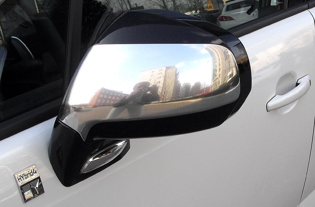 Peugeot 3008 Hybrid4: Blick auf den Außenspiegel auf der Fahrerseite.