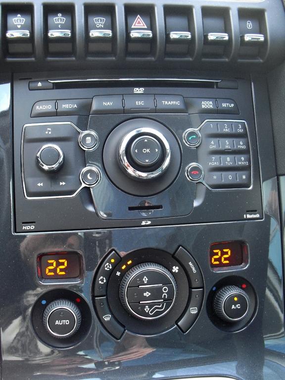Peugeot 3008 Hybrid4: Blick auf den mittleren Armaturenträger.