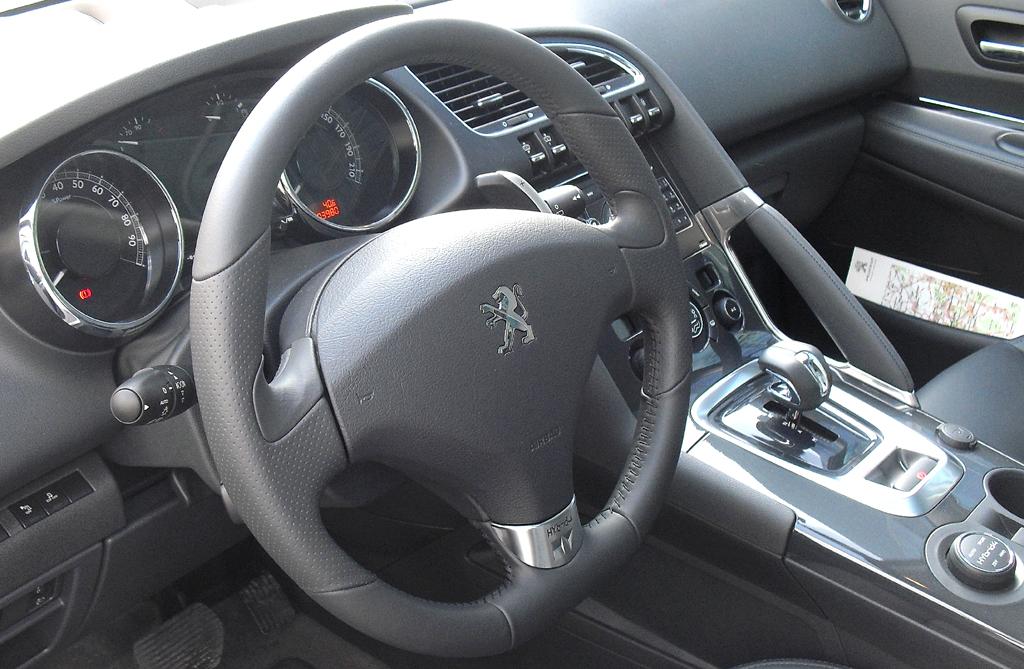Peugeot 3008 Hybrid4: Blick ins Cockpit mit dem Getriebehebel und dem Wählrad rechts.